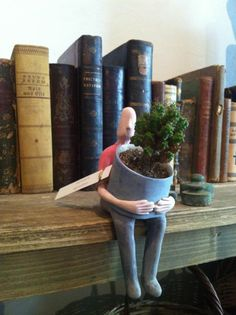 Love this plant-holding shelf-sitter, what a great way to add plants to a room without taking up valuable book shelf space; or you could have a gang on a kitchen shelf to proffer you your herbs while cooking. Ceramics Projects, Clay Projects, Clay Crafts, Sculpture Projects, Ceramic Pottery, Ceramic Art, Pottery Courses, Pottery Store, Deco Originale