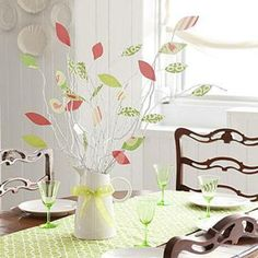 Spring Crafts: paper leaves on spray-painted branches Samhain, Mabon, Easter Table, Easter Party, Yule, Memorial Day, Diy Easter Decorations, Table Decorations, Painted Branches