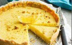 Kaikkialla maailmassa leivotaan sitruunapiirakoita, mutta ranskalaiset tekevät sen yksinkertaisesti parhaiten. Ranskalaisen sitruunapiirakan ohut pohja ja makean kirpeä täyte vievät kielen mennessään. Sekoita keskenään vehnäjauhot, sokeri ja raastettu sitruunan kuori. Lisää paloiteltu kylmä voi ja nypi taikina sekaisin käsin tai valmista taikina monitoimikoneessa. Lisää keltuainen ja sekoita taikina tasaiseksi. Peitä irtopohjavuoan (halkaisija noin 23 cm) pohja …