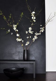 I'm pinning this here and not ceramics because I can't deny how me this whole color scheme is. I do love the ikebana though. Ikebana, Black And White Interior, Black White, Plain Black, Matte Black, Dark Grey, Black Work, White Style, Tadelakt