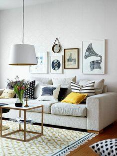 canapé gris, lustre blanc, décoration murale avec peintures murales, murs blancs