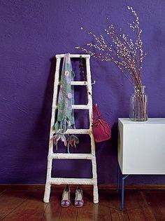 Veja como mudar a decoração da sua casa, com um elemento inusitado: uma escada! A ideia do designer Marcus Ferreira é criar um cabide com uma escada comprada em loja de material de construção.