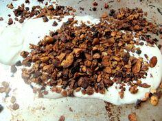 #frabloggerne - her får du det siste fra de beste norske matbloggerne: monicacsango - Knasende granola med salte peanøtter og Valrhona sjoko...