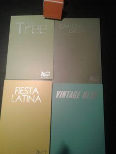 kleuren pallet. Camouflage green voor de kast Olive Tree voor de muur Fiesta Latina voor speelgoed kist Vintage Blue voor de boeken rekjes Flexa E1.68.51 voor het ladenkastje