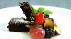 Brownies med marinert frukt - Gjester - Oppskrifter - MatPrat