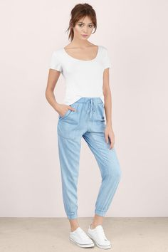 Best Athleisure Outfits Part 34 Casual Wear, Casual Outfits, Summer Outfits, Cute Outfits, Denim Joggers Outfit, Jean Joggers, Jogger Pants Style, Girl Fashion, Fashion Outfits