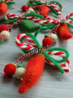 Yünlü Martenitsa el yapımı Hand Embroidery Flowers, Elsa, Diy And Crafts, Christmas Ornaments, Health Remedies, Holiday Decor, Projects, Handmade, School