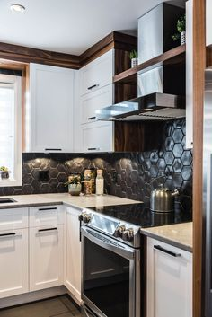 Armoires de cuisine bois - merisier laqué, noyer calico naturel, quartz - Simard Cuisine et Salle de bains