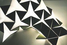 Lampe grandement inspirée de l'origami Ce luminaire design dérivé de l'origami a été créé avec du papier, les pliages sont faits de manière à ce que lorsqu