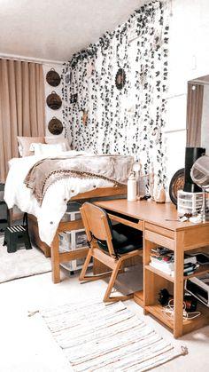 College Bedroom Decor, Boho Dorm Room, Cool Dorm Rooms, Room Ideas Bedroom, College Dorm Rooms, Pink Dorm Rooms, Dorm Room Themes, Indie Dorm Room, Boho Teen Bedroom