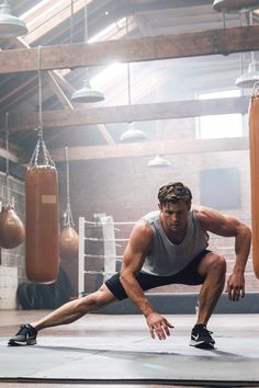 Chris Hemsworth Workout, Chris Hemsworth Thor, Male Fitness Photography, Photography Poses For Men, Crossfit, Fernando Sanchez, Hemsworth Brothers, Gym Photos, Z Cam