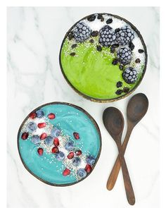 Blue Patriot Bowl ➡BLEND: 2 tsp blue spirulina; 2 frozen bananas; 1/2 cup frozen pineapple; 1/2 cup raw pressed apple juice. TOP WITH: Chia seeds; Raw coconut; Blueberries; Pomegranate seeds. / Green Eagles Bowl ➡ BLEND: 1 cup green blend (spinach, kale, chard etc.); 1 frozen banana; 1/2 cup frozen mango; 1 kiwi; 1/2 cup almond milk. TOP WITH: Chia seeds; Raw coconut; Blackberries; Dried black currants.