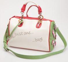 Τσάντα Μπαούλο Just one bag - Πολύχρωμη Τσάντα μπαουλάκι. Στα πλαινά του είναι διακοσμημένο με ροζ λουλουδάκια.Κλείνει με φερμουάρ. Κρατιέται και χιαστή. Σύνθεση: 100%PL http://closel.com/products/Bags/bag3