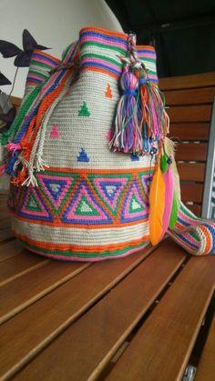 Los bolsos de mano étnicos una moda que se impone con fuerza - Herzlich willkommen Tapestry Bag, Tapestry Crochet, Crochet Motif, Crochet Stitches, Knit Crochet, Crochet Crafts, Crochet Projects, Crochet Phone Cover, Mochila Crochet
