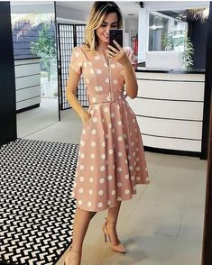 A imagem pode conter: 1 pessoa, em pé Modest Dresses, Cute Dresses, Casual Dresses, Summer Dresses, Frock Fashion, Modest Fashion, Fashion Dresses, Fashion Fashion, Fashion Ideas