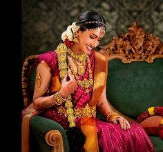 Traditional Southern Indian bride wearing bridal saree, jewellery and hairstyle. Bridal Jewellery Online, South Indian Bridal Jewellery, Indian Wedding Jewelry, Indian Bridal Wear, Designer Jewellery, Gold Jewellery, Indian Jewelry, Bridal Jewelry, Saree Jewellery