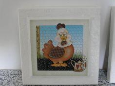 Quadro decorativo para cozinha. Moldura com textura pintado de branco com gravura de galinha. R$ 29,97