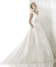 Dress is gorgeous, but hands in pocket not so much! Pronovias präsentiert Ihnen das Modell Blithe. Glamour 2015.   Pronovias
