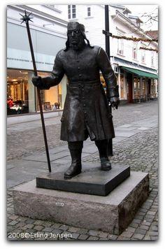Vekter  1995. Kunstner: R. Christensen. Sted: Steinkargata, rett ved Østervåg. Bekostet av: Gjensidige Forsikring