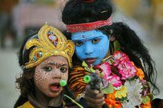 Le nuove foto del Magh Mela - Il Post Bambine vestite da Shiva e Parvati, divinitˆ induiste  (AP Photo/Rajesh Kumar Singh)