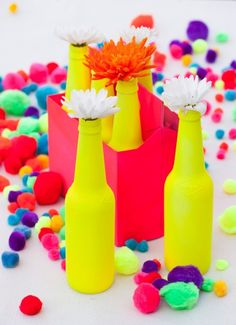 DIY ::: Spray Paint Bottles for Vases in bright vivid Spring Neon Colors. Spray Painted Bottles, Paint Bottles, Painted Vases, Party Decoration, Idee Diy, Bottle Painting, Painting Art, Baby Shower Centerpieces, Neon Colors