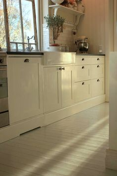 Painted wooden floors would be great in a kitchen Painting Kitchen Cabinets, Wood Cabinets, Floor Design, House Design, Painted Hardwood Floors, Modern Flooring, Flooring Ideas, White Rooms, Kitchen Interior