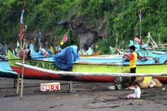 Simon Anon Satria: Seorang nelayan sedang menyiapkan perlengkapan untuk berlayar mencari ikan ditemani oleh putri nya. Lokasi : Pantai Grajagan - Banyuwangi.