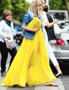 Rien de tel qu'une veste en jean un brin élimée pour apaiser une longue robe vaporeuse ! (photo TheFashionGuitar)