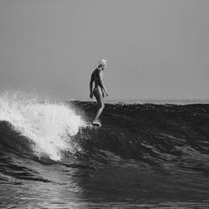 Surfing holidays is a surfing vlog with instructional surf videos, fails and big waves Retro Surf, Vintage Surf, Longboard Surf, Photo Surf, Female Surfers, Stations De Ski, Surfing Pictures, California Surf, Surf Art