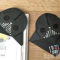 Darth Vader Bookmark (Great for Father's Day) - Learn how to make a Star Wars Bookmark with this fantastic Darth Vader Corner Bookmark. A great father's day gift idea for Star Wars fan! Fathers Day Crafts, Gifts For Father, Gifts For Kids, Corner Bookmarks, Diy Bookmarks, Homemade Bookmarks, Bookmark Craft, Origami Bookmark, Marque Page Origami