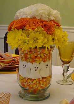 Halloween centerpiece using Halloween candy and flowers. DYI Halloween Craft Candy Corn & Marshmallow Ghosts combined with fall colored flowers in a vase Halloween Bebes, Fröhliches Halloween, Adornos Halloween, Manualidades Halloween, Holidays Halloween, Halloween Treats, Halloween Flowers, Candy Corn Halloween Ideas, Country Halloween