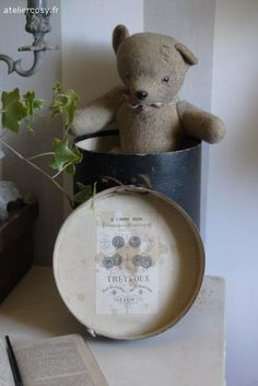 Ancienne boite à manchons avec étiquette d'origine  Brocante de charme atelier cosy.fr Antique Teddy Bears, Love Bears All Things, Teddy Bear Toys, Creation Deco, Bear Doll, Cute Toys, Stuffed Animal Patterns, Recycling, Old Toys