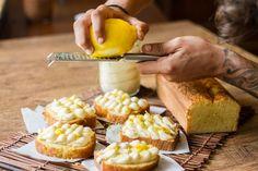 Κέικ με λεμόνι και frosting λεμονιού από τον Άκη Πετρετζίκη! Φτιάξτε αφράτο κέικ με απαλή κρέμα λεμονιού! Τέλειο για όλες τις ώρες, με έντονη λεμονάτη γεύση!