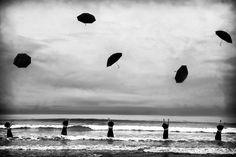 Сюрреалистические и абсурдные фотографии женщин от Марджори Сальватерры - Когда у Вселенной есть больший план
