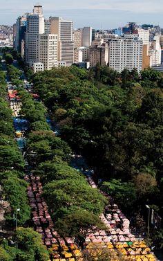 http://brasilimperdivel.tur.br/brasil-imperdivel/belo-horizonte/  Brasil Imperdível - Belo Horizonte -Megalópole da Província das Minas - Márcio Borges - (Foto:Craftsman street market at Afonso Pena Avenue)