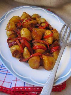 Pommes de terre à l'espagnole:Ingrédients 10 petites pommes de terre 1 poivron  3 cs d'huile d'olive 2 grosses gousses d'ail 1/2 cc de piment d'Espelette 1/2 cc de cumin en poudre 2 cc de paprika  2 cs de vinaigre de Xérès Gros sel de Guérande