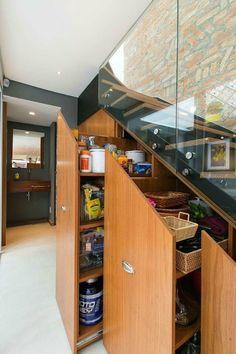 Decoracion escaleras ideas : ¿Que poner bajo la escalera? aquí tienes dos soluciones para dos situaciones, con o sin hueco, pero en ambos casos espacios aprovechados que espero que os