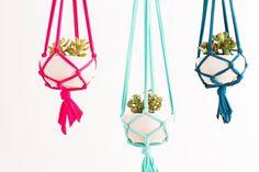 Hängende Gärten: Ein echter Hingucker und super einfach nachzumachen: hängende Töpfe, so genannte Macramés. Alles, was ihr dazu braucht ist: ein dünneres Seil, dicke Wolle oder Lederbänder, Holzperlen, ein Kupferrohr und eine Schere.  Und so geht's:  Schneidet das Seil in acht Stücke à 1,50 Meter. Knotet die acht Stränge an einem Ende zusammen, so dass ca. 5 cm Seil am Ende überstehen. Legt jetzt die acht Seilstücke in vier Zweiergruppen zusammen. Macht jetzt bei jeder Zweiergruppe ca. 3 cm…