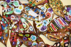 """Fulles de magnòlia decorades amb retolador """"posca"""" i vernissades amb laca. P3 anys. Posca, Land Art, Arts And Crafts, Natural, Artist, Room, Painting, Inspiration, Ideas"""