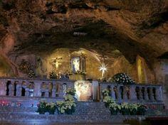 Interno della Grotta di San Michele Arcangelo a Monte Sant'Angelo, Gargano, Puglia.