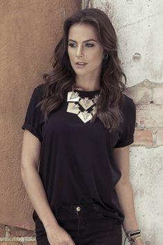T-shirt básica preta Ruffle Blouse, T Shirts For Women, Boutique, Tops, Fashion, Black, Moda, Fashion Styles, Shell Tops