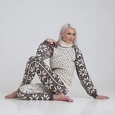 Ravelry: Ellinor genser og bukse pattern by Viking of Norway Knitting Stitches, Hand Knitting, Knitting Patterns, Crochet Patterns, Skagen, Damen Sweatshirts, Hoodies, Drops Lima, Tricot