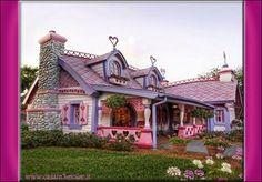 il designer Jonathan Adler ha realizzato a Malibu, in California, una vera casa di Barbie a grandezza naturale e perfettamente abitabile per festeggiare il cinquantesimo compleanno della bambola più famosa del mondo.