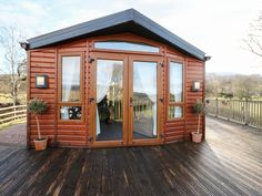 The Four Oaks Chalet - Quality detached chalet in Blaich. En-suite bedroom and walk-in wardrobe. Wonderful highland scenery and peaceful surroundings. Local Hotels, Ben Nevis, The Loch, Fort William, Walk In Wardrobe, Bedroom With Ensuite, Top Restaurants, Relaxing Day, Ground Floor