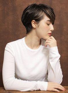 襟足をスッキリさせ頭の形を良く見せたショートスタイルです。前髪を長めに設定し、ひし形シルエットになる様にレイヤーを入れる事により面長を解消してくれるスタイルです。 Pixie Hairstyles, Pixie Haircut, Girl Short Hair, Short Hair Cuts, Shot Hair Styles, Haircut And Color, Hair Designs, Hair Goals, Hair Inspiration