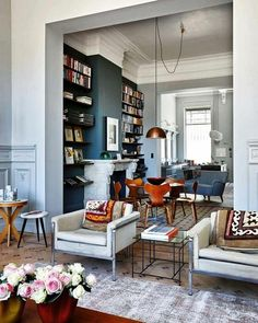 L'image contient peut-être : 1 personne, salon, table et intérieur