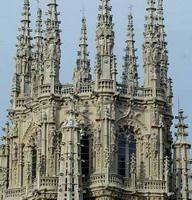 La catedral de Burgos es uno de los conjuntos arquitectónicos más hermosos del gótico español y la única catedral del país declarada Patrimonio de la Humanidad por la UNESCO. Basta mirar las agujas gemelas que se elevan hacia el cielo en una cascada de encajes. En el interior del edificio una lápida de bronce nos advierte que allí descansa el legendario Cid. Campeador, Rodrígo Díaz de Vivar, y su esposa doña Jimena. Iglesias, Medieval, History, Building, Interior, Travel, Temples, Cathedrals, Bees