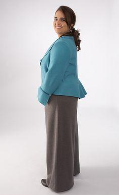 Anna in der Jacke Modell 521305 mit Hose Modell 630001. Die Jacke hat ein Schößchen.
