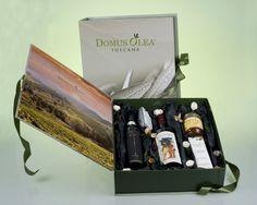 """Il kit che vi presento oggi è soltanto una delle molteplici opportunità che Domus Olea Toscana offre per il periodo natalizio. Racchiuso in una raffinata confezione di cartoncino decorato e fermato con un nastrino di raso elegante, FESTA (il cofanetto che vi presenterò oggi) contiene una crema mani anti-age da 100 ml, una bottiglia da 0,5 L di Olio Extravergine di Oliva BIO DOP Seggiano """"ORO"""" de La Poderina Toscana, una bottiglia da 0,75 L di Vino Rosso BIO Montecucco DOC """"Marracone""""..."""