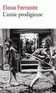 #choixU2book [Espace Culture. 843 FER AMI 1] Elena et Lila vivent dans un quartier pauvre de Naples à la fin des années cinquante. Bien qu'elles soient douées pour les études, ce n'est pas la voie qui leur est promise. Lila abandonne l'école pour travailler dans l'échoppe de cordonnier de son père. Elena, soutenue par son institutrice, ira au collège puis au lycée. Les chemins des deux amies se croisent et s'éloignent, avec pour toile de fond une Naples sombre, en ébullition.